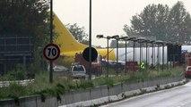 Italie: Un avion-cargo rate son atterissage sort de piste et se retrouve sur... l'autoroute - Regardez