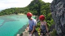Demande en mariage émouvante en pleine escalade d'une falaise