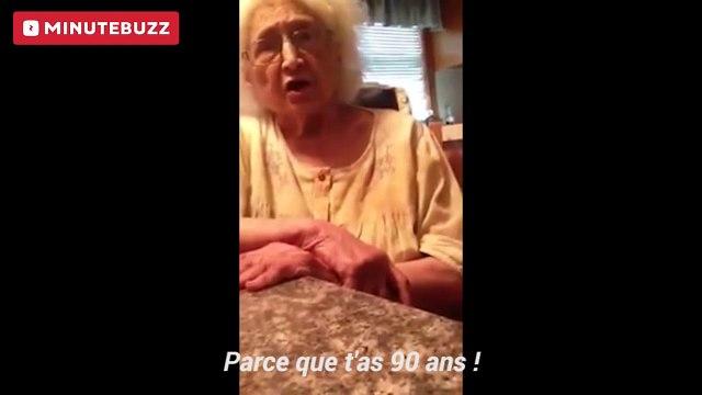 Elle révèle à sa grand-mère qu'elle est lesbienne. La mamie choquée, a du mal à comprendre comment elle prend du plaisir