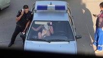 Arrêtée et enfermée dans une voiture de police, une femme ivre brise la vitre !
