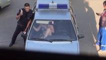 Cette femme russe explose le pare brise d'une voiture de flic avec ses pieds !