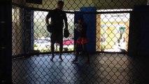 Entraînement boxe thaï Miami. Club de beaucoup de gens qui boxe à L'UFC