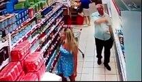 Incroyable ! Un gros pervers profite de l'inattention d'une femme dans un supermarché pour photographier sous sa jupe
