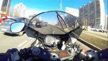 Un motard complètement débile roule à 140 km/h et se se crash !