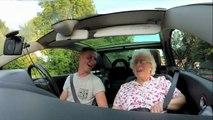 Elle monte dans la voiture de son petit fils, puis ce qu'elle entend à la radio la fait fondre en larmes!