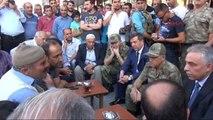Hakkari'de Vali Orhan ve Komutanlar Vatandaşlarla Çay İçip Sohbet Etti