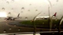 Un avion de ligne frappé par la foudre sur un aé