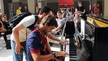 2 musiciens improvisent au piano dans une station de mé à paris... Magique
