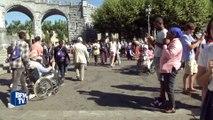 """A Lourdes, Bernard Cazeneuve dit aux catholiques sa """"solidarité"""""""