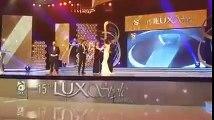 Fawad Khan drops & breaks Lux Style Awards Trophy