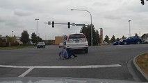 Une femme chute en voulant remonter dans sa voiture à une intersection