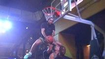 Jordan Kilganon passe son dunk Scorpion au-dessus de trois personnes !