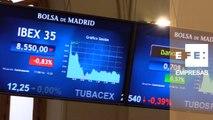 El IBEX 35 cae un 0,69 % a mediodía y se sitúa por debajo de los 8.600 puntos
