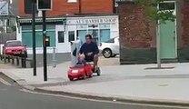 Quand un enfant ramène son père dun bar avec sa mini-voiture ! - vidéo Dailymotion