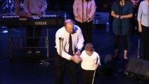 Un bambino autistico e cieco sale sul palco, pochi secondi dopo tutto il pubblico rimane senza parole... - Video Dailymotion