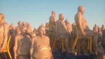 Des hommes nus sur des chaises en pleine mer (WTF)