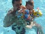 noah et papa dans la piscine