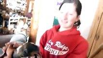 Elle met un chiot dans une portée de chatons, mais ce que fait la maman chatte est trop tendre !