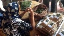 la mise en sachets des plantes aromatiques à l'association Ourika Tadamoune
