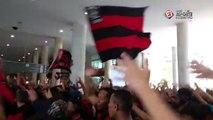 Torcida do Flamengo faz a festa antes de embarque do time para jogo contra o Atlético-MG