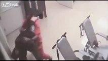 Un prisionero ayudó a un guardia carcelario que se encontraba bajo ataque