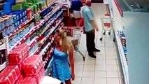Un vieux pervers pris en flagrant délit par les caméras de surveillance! Ce qu'il fait est trop dégueulasse!