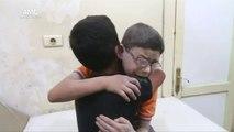 Moment très touchant triste, deux frères pleure la mort de leur petits frère