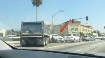 Un camion-poubelle perd le contrôle et percute plusieurs véhicules !