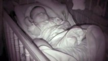 Regardez la réaction de ce bébé quand papa lui tire le bras. ahaha