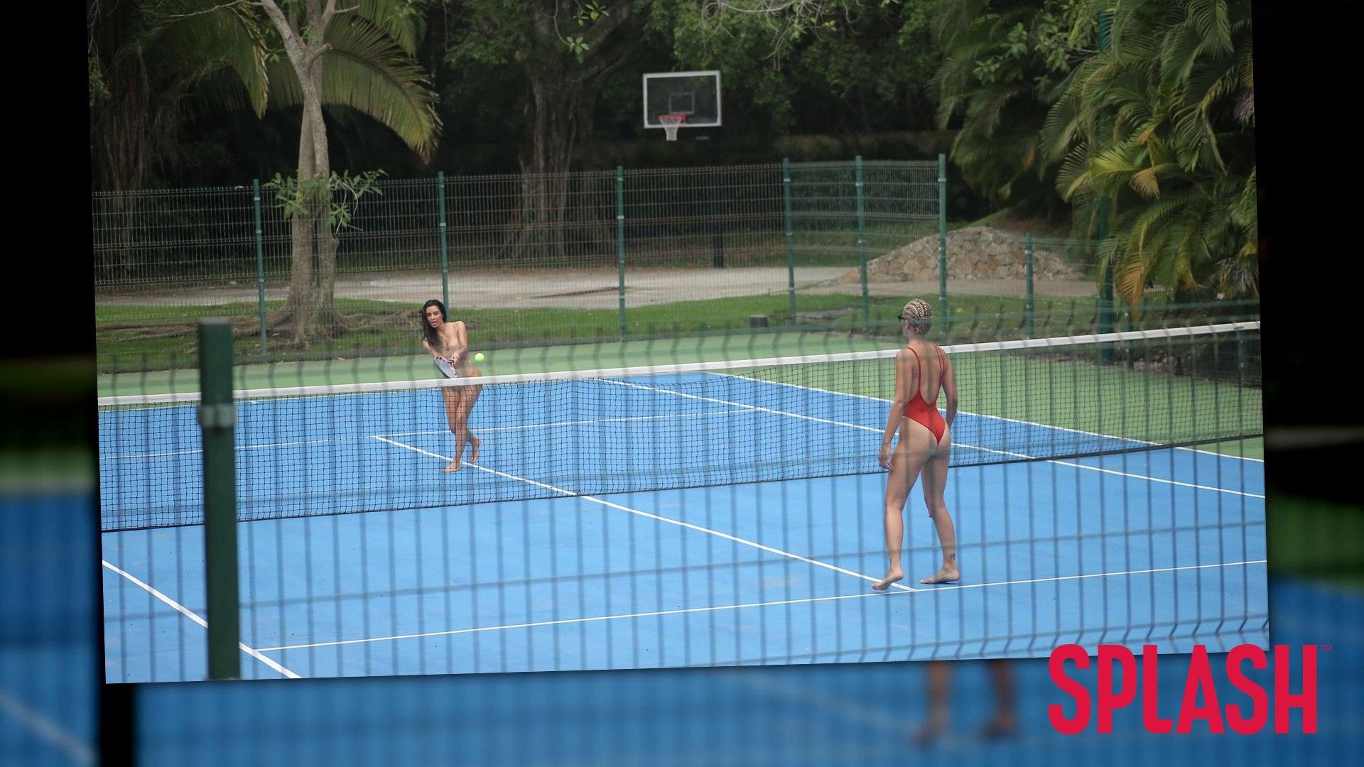 Kim Kardashian spielt Tennis in einem sexy Outfit