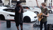 Will.I.Am surprend un artiste de rue qui chante sa chanson