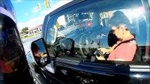 Un motard chope une conductrice qui textote au volant et va le froler à grande vitesse