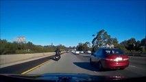 Un motard se prend sa moto en pleine tête après avoir perdu le contrôle !