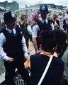 Une jolie fille twerke sur un policier en Angleterre