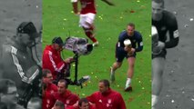 Manuel Neuer hilarant fait des bêtises tel un enfant en jetant de la bière sur tous ses coéquipiers