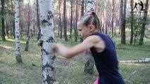 Une jeune boxeuse enchaîne les coups contre un arbre