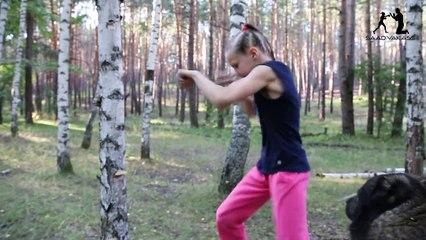 L'entraînement impressionnant d'une jeune fille de 9 ans contre un arbre