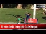 Bir elinde silah bir elinde çiçekle Taksim'i karıştırdı