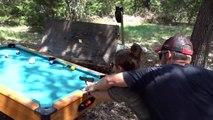 Jouer au billard en utilisant des vrais pistolets ! Tarés