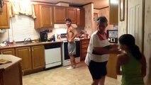 Le père surprend sa femme et leur fils dans la cuisine. Mais en voyant ce qu'ils font, il se presse de tout filmer !