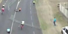 Un spectateur fait exprès de renverser une barrière sur la route et fait chuter des cyclistes (vidéo)