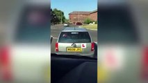 Un jeune conducteur anglais est la risée de deux autres conducteurs derrière lui !