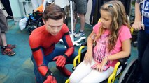 Tom Holland visite un hopital d'enfants habillé en Spiderman !