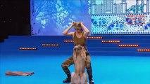Un chien danse parfaitement avec sa maitresse pendant une démonstration