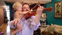 Duo adorable : ce papa joue du violon avec son bébé dans les bras