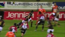 Un rugbyman saute par-dessus son adversaire pour éviter son plaquage