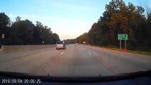 Sur l'autoroute un automobiliste se prend une roue de camion en pleine face.