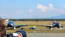 Deux avions de la patrouille de France se croisent