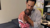 L'homme pose le bébé de quatre jours sur ses genoux, mais ce qu'il fait ensuite a carrément affolé le web !