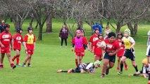 Un jeune Australien d'à peine huit ans marche sur ses adversaires